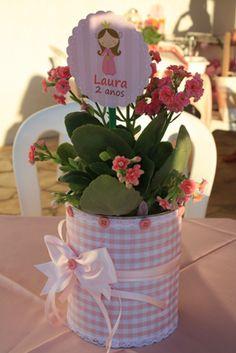 Resultado de imagem para decoração festa centro de mesa com flores e lata