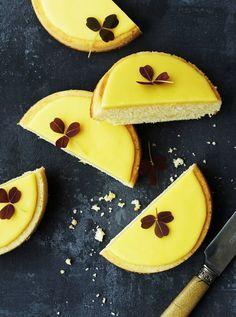 Citronmåner - en let vaniljekage med skøn smag af friske citroner. Helt perfekt at bage lige nu - og et stensikkert hit blandt familie, venner eller kolleger.