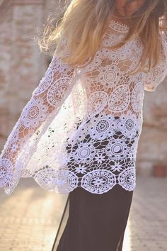 crochelinhasagulhas: Blusa branca com rosetas de crochê