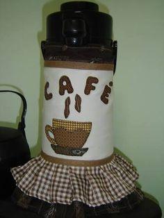 Resultado de imagem para capa para garrafa termica em patchwork Bottle Box, Diy And Crafts, Patches, Jar, Mugs, Tableware, Veronica, Cat Crafts, Handmade Crafts