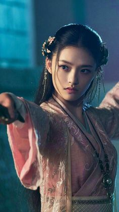 Liu Yifie is commonly known as crystal liu is famous Chinese celebritie. She worked in many movies of which 'Mulan 'is most famous one. Fantasy Girl, Fantasy Dress, Korean Princess, Girl Drama, Asian Photography, Beautiful Chinese Girl, Pretty Asian, Poses, Cute Faces