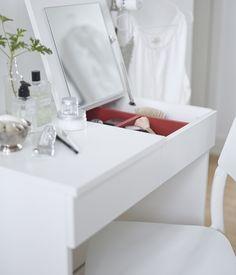 Coiffeuse BRIMNES avec miroir intégré et espace de rangement pour y ranger bijoux et produits de maquillage.
