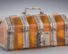 A Tortoiseshell Casket - Asian Civilisations Museum Deer Like Animals, Sea Turtle Shell, Animal Outline, Tea Canisters, Treasure Boxes, Casket, Tortoise Shell, 16th Century, Shells