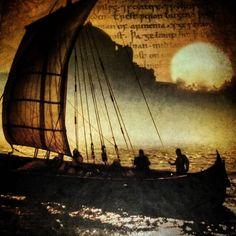 Langsome bølger, lett vind i fjeset. Måker skriker i det fjerne. Lukten av sjø og tjæret tre. Drageskipet legger seg til mot et frodig og ukjent land.  #Norse #Norway #Viking #Vikings #landofthevikings #longship #Langskip #drageskip #fjordúr #fjallað #skógur #haf #childrenofodin