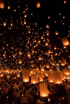 Yi Peng Festival in Chiang Mai by Zheetahc UncleBear Floating Lanterns, Sky Lanterns, Best Places To Travel, The Places Youll Go, Chinese Lantern Festival, Lantern Festival China, Floating Lantern Festival, Landscape Photography, Nature Photography