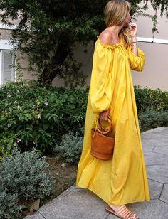 Envie de retourner en vacances, rien que pour se glisser dans une ample robe bouton d'or... (photo Lisa Aiken)