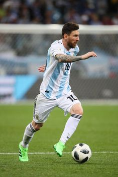 NIZHNY NOVGOROD, RUSSIA - JUNE 21: Lionel Messi of Argentina in action during the 2018 FIFA World Cup Russia group D match between Argentina and Croatia at Nizhny Novgorod Stadium on June 21, 2018 in Nizhny Novgorod, Russia. (Photo by Matthew Ashton - AMA/Getty Images)