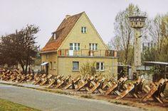 Wohnhaus an der Berliner Mauer zwischen Panzersperren und Wachturm ., Berliner Mauer » LUMABYTES.com