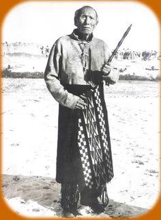 Black Elk (1863-1950), Oglala Lakota Sioux. À l'âge de 9 ans, il reçut une grande vision qui a guidé toute sa vie. Dans ses dernières années il fut un fervent catholique. Plus qu'un Shaman ou un chef, il était considéré par les siens comme un Saint Homme.