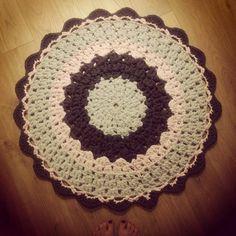 Tutorial como hacer alfombra de trapillo circular de colores http://www.tuteate.com/2012/06/18/teje-una-alfombra-con-trapillo/