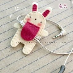 inspiration for a felt DIY earbud holder Cute Crafts, Felt Crafts, Fabric Crafts, Sewing Crafts, Diy And Crafts, Arts And Crafts, Diy Projects To Try, Craft Projects, Sewing Projects
