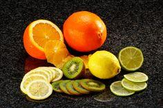 Naranja, limón y kiwi cortados en rodajas finas.