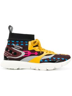 From the world's rarest to the latest cult styles, shop designer sneakers for men at Farfetch. Think Air Jordan, Gucci Ace, Prada Cloubust Thunder and Nike. Valentino Garavani, Valentino Men, Valentino Shoes, Techno, Latest Fashion, Mens Fashion, Round Logo, Print Logo, Leather Sneakers