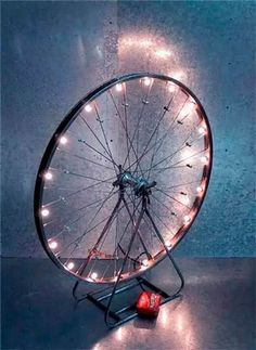 lámpara vintage original hecha con la llanta de una bicicleta antigua  #boda #wedding #light #illumination #decoration #decoracion #diy #original #ideas #lights #wheel #vintage #upcycle #repurposed