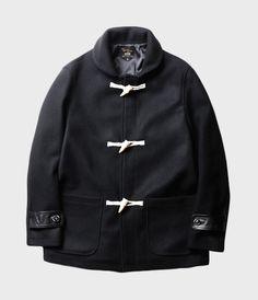 16FW 시즌 선보여지는 Duffle Coat 입니다.여유로운 실루엣과 편안한 착용감을 고려하여 제작 되었으며, 히 더플코트에서 볼 수 있는 모자 디테일을 제거 하고 숄카라 디테일을 적용 함으로써 어덜트함을 높였습니다. 겨울철 정전기와 보풀 발생 등의 문제를 고려한 울과 아크릴에 적당한 혼방으로 보온성 또한 우수한 제품입니다.