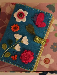 The second example of a simple needlecase (nålbrev). Felt Diy, Handmade Felt, Felt Crafts, Fabric Crafts, Sewing Crafts, Sewing Projects, Vintage Sewing Notions, Vintage Sewing Machines, Needle Book