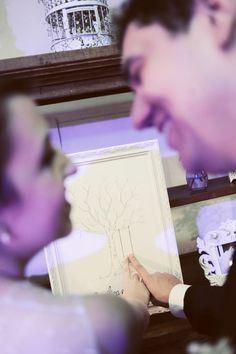 Angelica & Angelo tiveram a árvore de digitais em seu casamento, é super fofo! --- Angelica & Angelo had a fingerprint tree in their wedding, it's so cute!