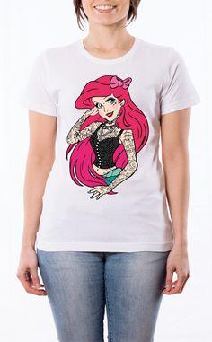 T-Shirt donna illustrazione: Principesse Tatuate - Sirenetta. Maglietta bianca con stampa digitale diretta, grafica stampa in quadricromia.