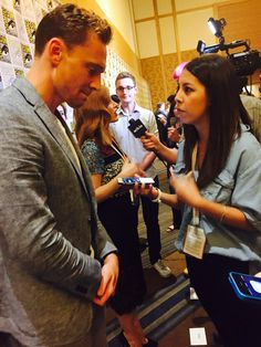 "lizcalvario: Then chatted with Tom Hiddleton about his role in ""Crimson Peak"". #SDCC #TomHiddleston"