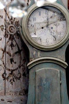 rustic & shabby old clock Old Clocks, Antique Clocks, Vintage Clocks, Swedish Style, Scandinavian Style, Swedish Decor, Scandinavian Furniture, Objets Antiques, Vibeke Design