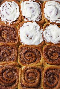 RULOURI DULCI CU SCORȚIȘOARĂ - Valerie's Food Sweets Recipes, Cinnamon Rolls, Soul Food, French Toast, Sweet Treats, Food And Drink, Health Fitness, Cookies, Breakfast