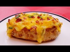Twice Baked Potatoes with Bacon and Cheese!Learn how to make Twice Baked Potatoes! It's EASY! Double baked potatoes stuffed with bacon and cheese! Creamy, cheesy potatoes, loaded with. Double Baked Potatoes, Twice Baked Potatoes, Cheesy Potatoes, Mashed Potatoes, Stuffed Potatoes, Russet Potatoes, Baked Potato Recipes, Mince Recipes, Potato Skins
