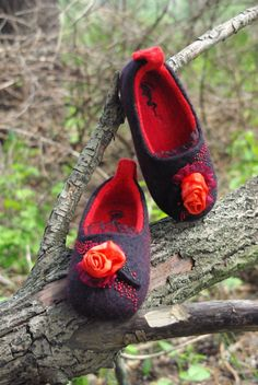 Red roses felted slippers wool shoes. Red and black от DarkaYarka