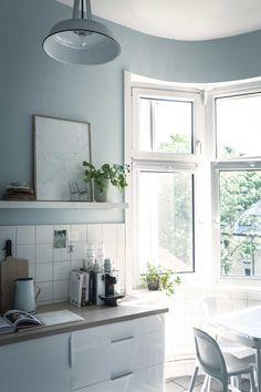 Witte keuken met lichtblauwe muur | White kitchen with light blue wall | vtwonen loves sharing | Fotografie & styling Holly Becker
