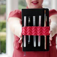 """How to Make an Elastic Notebook Pen and Pencil Strap+(via+<a+href=""""http://craft.tutsplus.com/tutorials/sewing/how-to-make-a-handy-elastic-notebook-strap/"""">craft.tutsplus.com)"""