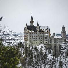 Hoje conhecemos um dos pontos turísticos mais famosos da Alemanha: o Castelo Neuschwanstein. Ele inspirou a criação do castelo da Cinderela da Disney! Nos sentimos como em um conto de fadas... #neuschwanstein #bavaria #alemanha #ap202naeuropa