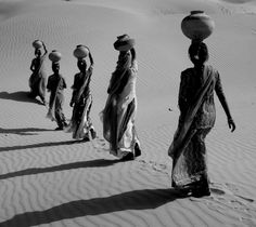 Les Contes des Fées I Indian women in black and white #india