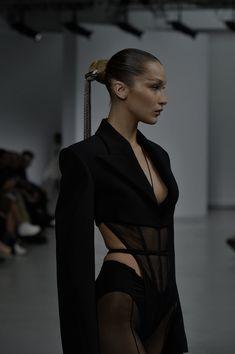 Runway Fashion, Fashion Models, Fashion Show, Fashion Outfits, Poses, Iconic Women, Dark Fashion, Runway Models, Aesthetic Girl
