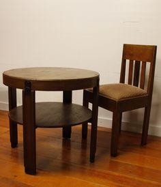 Te koop: twee prachtige authentieke Art Deco / Amsterdamse School stoelen uit de jaren twinting (jaren '20 of twenties). De bekleding lijkt nog origineel te zijn. Dit is een oud roze stof. Ook de vering in de zitting is nog lekker vol en goed. De stoelen zijn bijna antiek te noemen Prijs: 80 euro per stuk. Tafel: 150 euro.