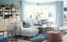 """Ein großes helles Wohnzimmer, u. a. eingerichtet mit NORSBORG 3er-Sofa mit 2 Récamieren mit Bezug """"Finnsta"""" in Weiß mit Beinen aus Birke, Couchtischen und Beistelltischen in Eschenfurnier und Aufbewahrung aus unbehandelter Kiefer"""