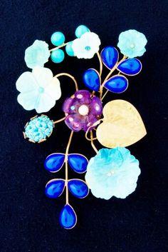 Spilla ramage sulle tonalità del blu,con fiori in resina e gocce blu resine anni 50