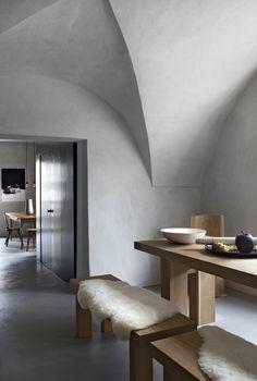Design rigoureux pour la table et les bancs en chêne  de la salle à manger, réalisés à la main (Studio Settari).