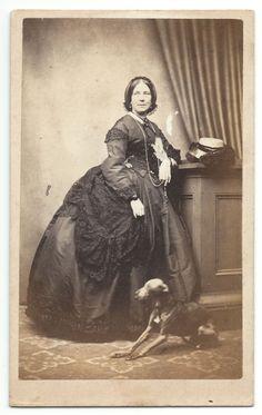 Dame mit kleinem Windhund, Lowestoft, GB