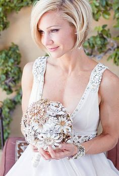 A Sleek Bobbed Hairstyle With a bejeweled brooch wedding bouquet like that, the bride was smart to leave her platinum locks unadorned for her wedding. See more glamorous wedding hairstyles. Romantic Wedding Hair, Short Wedding Hair, Glamorous Wedding, Wedding Bride, Glamorous Hair, Wedding Simple, Wedding 2015, Wedding Veils, Wedding Blog