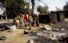 2016-02-08 Foto: Un grupo de mujeres nigerianas decide huir del campo de desplazados de Mairi tras un ataque de Boko Haram en la zona, el 8 de febrero de 2016 (EFE)