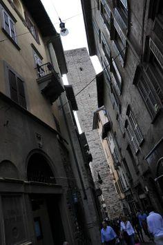 Scatti in Città Alta. Torre del Gombito - foto di Massimiliano Taurisano --- Questa fotografia partecipa al Concorso Fotografico Bergamo, per votarla condividila dalla pagina Facebook http://on.fb.me/1bfzk4E (la trovi tra i post di altri) e carica anche tu le tue foto su www.orobie.it per partecipare al concorso!