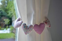 Toma cortina corazones Curtain Holder, Curtain Tie Backs, House Blinds, Little Girl Rooms, Flower Tutorial, Drapes Curtains, Kids Decor, Handicraft, Decoration