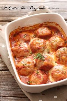Baked meatballs in the oven without frying-Polpette alla piz. - Baked meatballs in the oven without frying-Polpette alla pizzaiola al forno senza friggere Soft and tasty meatballs are good and without frying! Curry Recipes, Meat Recipes, Asian Recipes, Chicken Recipes, Cooking Recipes, Healthy Recipes, Minced Meat Recipe, Tasty Meatballs, Baked Chicken Breast