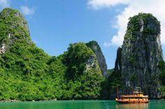 Bahía Ha-Long Ubicada en el Norte de Vietnam se localiza este destino paradisiaco. Es considerada como una de las nuevas maravillas del mundo moderno. Es un destino perfecto para todos aquellos que busquen relajarse por unos días y disfrutar de los paisajes que ofrece.