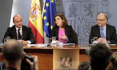 """La vicepresidenta Soraya Sáenz de Santamaría con Luis de Guindos,  y Cristóbal Montoro. """"El Gobierno admite que el paro no bajará durante toda su legislatura""""."""