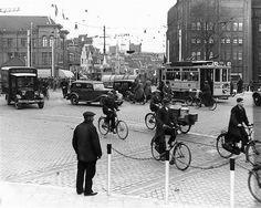 1935. Verkeersdrukte van en naar het Vredenburg over de Catharijnebrug. Vanaf het Leidseveer