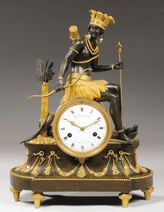 Pendule symbolisant l'Amérique, bronze ciselé, doré, cadran signé DEVERBERIE, vers 1800, 48 x 35 cm. Tabletop Clocks, Mantel Clocks, Bronze, Table Watch, French Clock, Antique Clocks, Vintage Clocks, Classic Clocks, Clock Shop