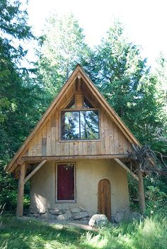 Another small Cob House Posted by Alicia Bell via Tiny houses. Cob Building, Green Building, Cabana, Natural Homes, Earth Homes, Natural Building, Tiny House Movement, Cabins And Cottages, Earthship
