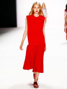 Neben schlichten Farben wie Schwarz, Weiß und Taupe, waren rote Allover-Looks die Hingucker der Show von Avelon. Spitze Brogues runden den Look ab.