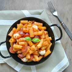 Würzige Pasta mit Chorizo, eigentlich schon genug gesagt, oder? MeinePasta Arrabiata mit Chorizo schmeckt genauso wie sie aussieht.Würzig aber nicht zu scharf mit schmelzendem Mozzarella und herrlichem Paprika-Aroma (diese eingelegten, gegrillten Paprika sind der Wahnsinn!). Natürlich könntet ihr dieses Pastagericht noch schärfer machen wenn ihr wollt. Ich hab mich an würzig gehalten da ich für …