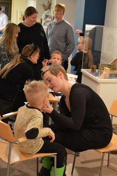 Pienet, innokkaat museovieraat jonottavat kasvomaalauspisteelle. Luuppi, Oulu (Finland)